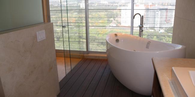 Quelle surface et contraintes pour poser une baignoire à porte ?