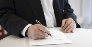 Que faut-il vérifier avant de s'engager sur une mutuelle senior ?
