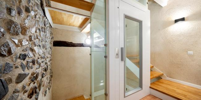 Ascenseur ou monte-escalier pour un senior : avantages, inconvénients