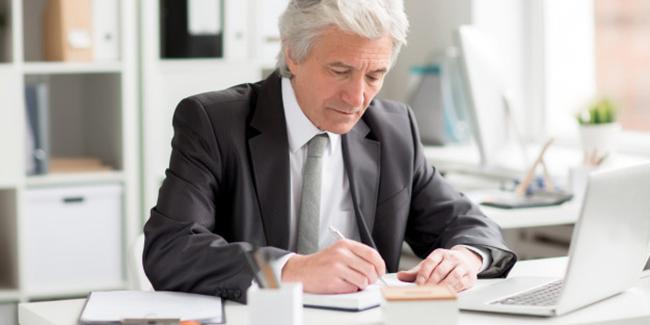 Courtier en rachat de crédit senior : avantages et coût